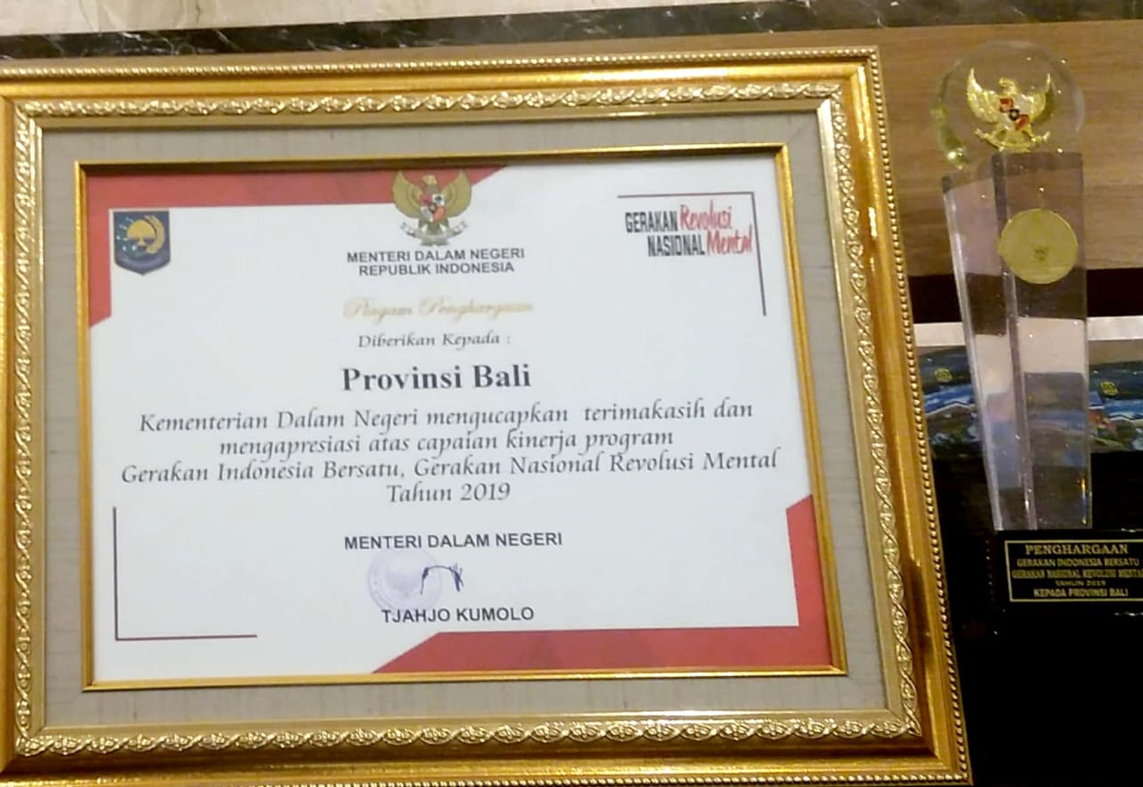 PROVINSI BALI KEMBALI MENERIMA PENGHARGAAN ATAS CAPAIAN PROGRAM GERAKAN INDONESIA BERSATU DALAM PELAKSANAAN GERAKAN NASIONAL REVOLUSI MENTAL YANG DISERAHKAN MENTERI DALAM NEGERI  PADA PEKAN KERJA NYATA GERAKAN NASIONAL REVOLUSI MENTAL III  TAHUN 2019 DI PROVINSI KALIMANTAN SELATAN